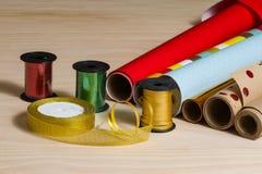 Broodjes van kleurrijk verpakkend document en lint Royalty-vrije Stock Fotografie