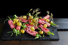 Broodjes van salami, met sla worden de gevuld en doused met saus die stock fotografie