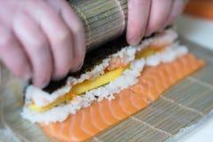 Broodjes van sushi de hoofd, scherpe sushi Het maken van sushibroodjes stock foto