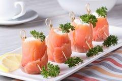 Broodjes van zalm met horizontaal roomkaasclose-up stock afbeeldingen