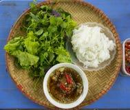 ` Broodjescha ` - de beroemde Vietnamese noedelsoep met bbq vlees, de lentebroodje, vermicelli en verse die groente op bamboe vla royalty-vrije stock afbeeldingen