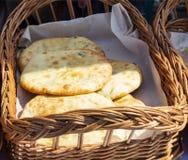 Broodplak op houten achtergrond in de mand brood op lijst Achtergrond het ontbijtbrood is bakkerij bak pasteibrood van tarwe royalty-vrije stock afbeelding