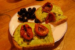 Broodplakken met avocadodeeg stock fotografie