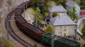 Broodplankmodel van een spoorweg, met een trein met steenkool wordt geladen die 3840x2160, 4K stock footage
