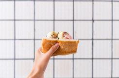 Broodroomijs op hand Stock Afbeelding