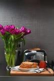 Broodrooster en brood met jam op de keuken Stock Afbeelding