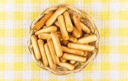 Broodstokken met zout in rieten mand op tafelkleed Royalty-vrije Stock Afbeelding