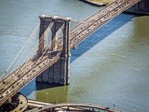 Brooklyn-Brücke über dem East River Stockbild
