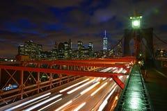 Brooklyn-Brücke in der Dämmerung mit drastischer Wolke Lizenzfreie Stockfotos