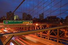 Brooklyn-Brücke in der Dämmerung mit drastischer Wolke Stockfotos