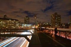 Brooklyn-Brücke in der Dämmerung mit drastischer Wolke und Verkehr unten Lizenzfreie Stockfotos