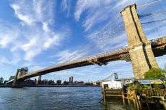 Brooklyn-Brücke, die über dem East River von niedrigerem Manhat überspannt Lizenzfreie Stockfotos