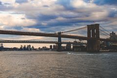 Brooklyn-Brücke, East River, Bootsfahrt, New York, Manhattan lizenzfreie stockfotografie