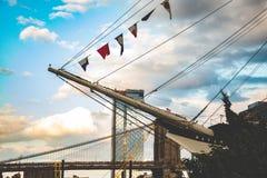 Brooklyn-Brücke, East River, Bootsfahrt, New York, Manhattan lizenzfreies stockfoto