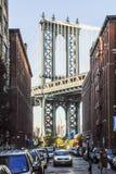 Brooklyn-Brücke gesehen von Broooklyn-Seite von Fluss stockfotos