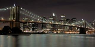 Brooklyn-Brücke nachts Lizenzfreie Stockbilder
