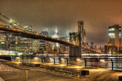 Brooklyn-Brücke nachts in New York City Stockfoto