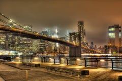 Brooklyn-Brücke nachts in New York City Stockfoto