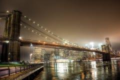 Brooklyn-Brücke nachts in New York City Stockbild