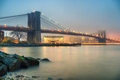 Brooklyn-Brücke am nebeligen Abend Lizenzfreie Stockfotografie