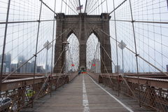 Brooklyn-Brücke in New York City an einem nebeligen Tag stockfotos