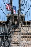 Brooklyn-Brücke in New York City mit amerikanischer Flagge Stockfotografie