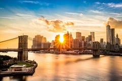 Brooklyn-Brücke und die Lower Manhattan-Skyline bei Sonnenuntergang Stockbilder
