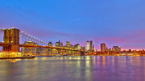 Brooklyn-Brücke und Manhattan an der Dämmerung Stockfoto