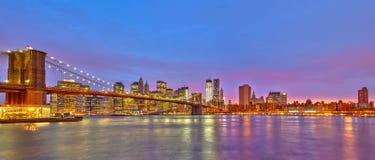 Brooklyn-Brücke und Manhattan an der Dämmerung Stockbilder