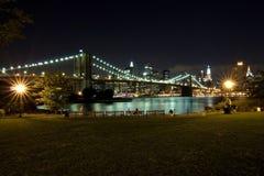 Brooklyn-Brücke und Manhattan nachts, New York Stockfotografie