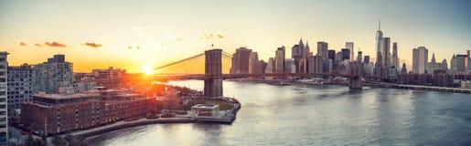 Brooklyn-Brücke und Manhattan am Sonnenuntergang Stockbilder