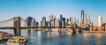 Brooklyn-Brücke und Manhattan am sonnigen Tag Lizenzfreie Stockfotos