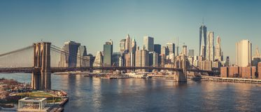 Brooklyn-Brücke und Manhattan am sonnigen Tag Stockfotos