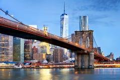Brooklyn-Brücke und WTC-Freiheit ragen nachts, New York hoch Stockfotografie