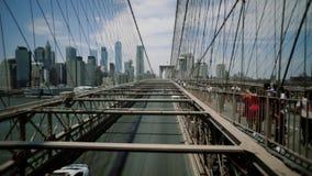 Brooklyn-Brücke, undeutliche Bewegungsautoautos, Bewegungskamera New York City, New York Diakamera stock footage