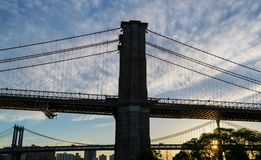 Brooklyn-Brücke während des Sonnenaufgangs stockfotografie