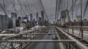 Brooklyn-Brückeen- und Manhattan-Skyline lizenzfreie stockfotografie