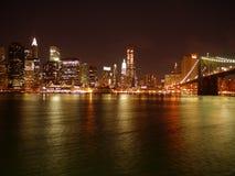 Brooklyn-Brückeen- und Manhattan-Skyline bis zum Nacht stockbilder