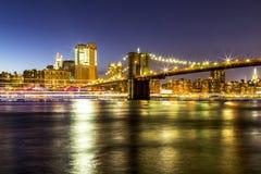 Brooklyn-Brücken-Dämmerungsaufflackern und helle Malerei Stockfotos