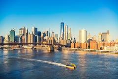 Brooklyn-Brücke und Manhattan am sonnigen Tag Stockfoto