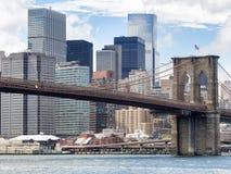 The Brooklyn Bridge and the lower Manhattan skyline in New York Stock Photography