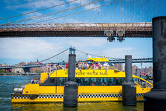 Brooklyn bridge and water taxi Royalty Free Stock Photos