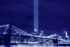 Brooklyn Brigde y las torres de luces Foto de archivo