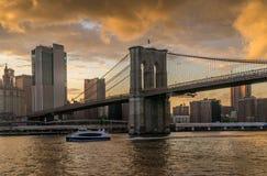 Brooklyn bro av NY på solnedgången Arkivbilder