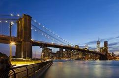 Brooklyn bro i New York på natten Fotografering för Bildbyråer