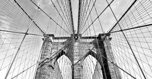 Brooklyn bro i svartvita i stadens centrum Manhattan, New York, USA arkivbild
