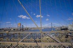 Brooklyn bro New York - en berömd gränsmärke MANHATTAN - NEW YORK - APRIL 1, 2017 Royaltyfria Foton