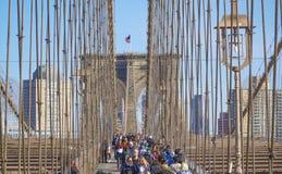 Brooklyn bro New York - en berömd gränsmärke MANHATTAN - NEW YORK - APRIL 1, 2017 Arkivfoto