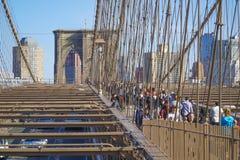 Brooklyn bro New York - en berömd gränsmärke MANHATTAN - NEW YORK - APRIL 1, 2017 Arkivfoton
