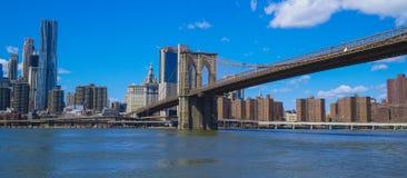 Brooklyn bro New York - en berömd gränsmärke MANHATTAN - NEW YORK - APRIL 1, 2017 Arkivbild